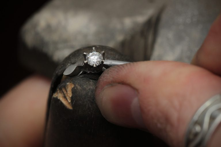 Setting the diamond stone in engagement ring